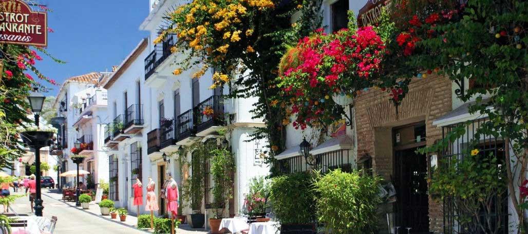 Marbella se extiende 27 km a lo largo del Mar Mediterráneo entre Malaga capital al este